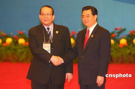 图文:胡锦涛迎接乍得外长阿拉米
