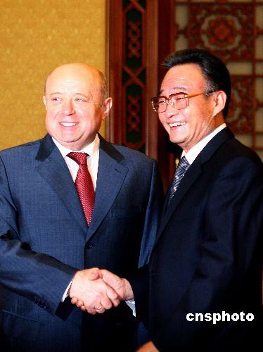 吴邦国会见俄总理弗拉德科夫高度评价中俄关系