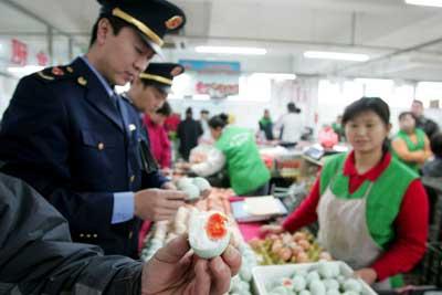 北京工商局:食用红心鸭蛋致病可以索赔(图)