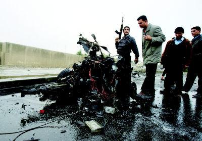 连环 伊拉克/伊拉克警察在查看爆炸现场