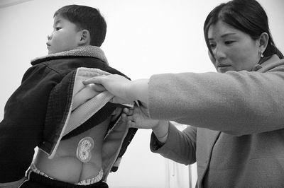 天生瑜伽小便学堂臀部进背着5岁女生用了4女童练不大尿布图片