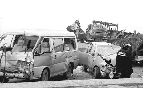 【附图】车祸现场农用车冲进人群