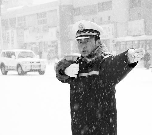 交通3800名环卫工人扫雪除冰-积雪 封 路交警环卫街头 会战图片