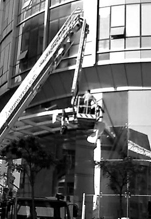 女子在县大楼坠亡图