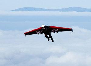 瑞士男子在装有小型喷气发动机的带动下飞翔