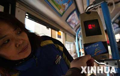 北京严查倒卖学生公交卡行为(组图)