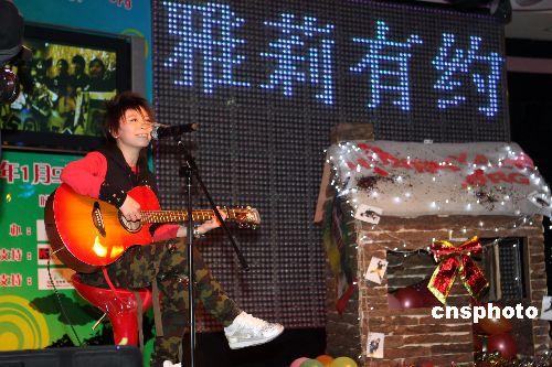 图:黄雅莉北京举办歌友会
