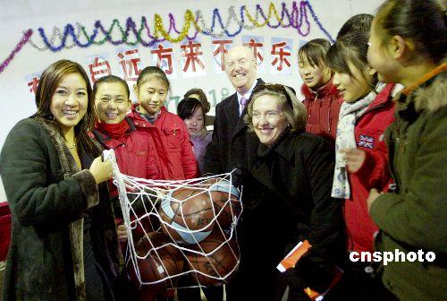 美公共外交特使关颖珊参访北京蒲公英中学(2)