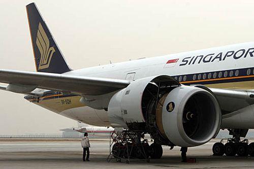 起飞后发动机故障起火新加坡航班迫降首都机场