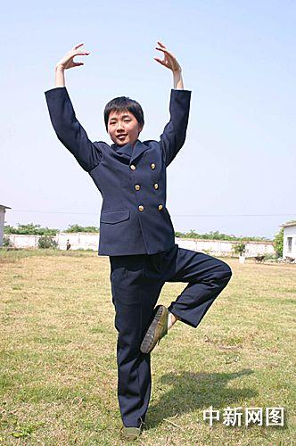 """图:海军女新兵中的""""白天鹅"""""""