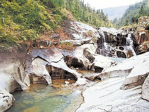 图为桂东县普乐乡东水村的冰臼群.周巍摄