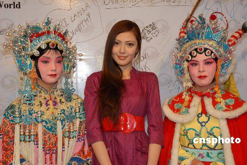 组图:世界超级模特昆明感受中国文化