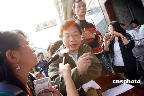 """曾荫权与老友叹茶叙旧称政策要做到""""由下而上"""""""