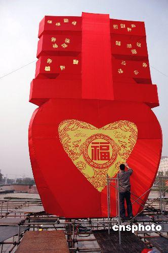 """图:中国最大""""春""""字花灯亮相南昌"""