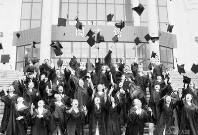 本文图片:即将毕业的大学生充满喜悦,但只有改变就业观念,大学生图片