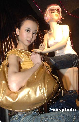 图:真假模特同时展示女装