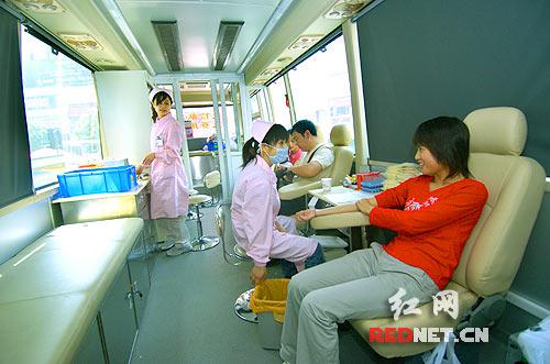 献血车首次亮相长沙街头