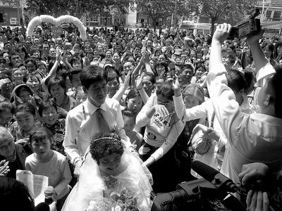 出生时不幸被弃,33年被抚育成人,众人牵线终成家。5月12日——全城人热心操办轮椅上的婚礼