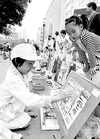 """当天,鹤琴幼儿园举办""""童心绘家乡""""活动,300多名小朋友走上街头,用彩笔"""