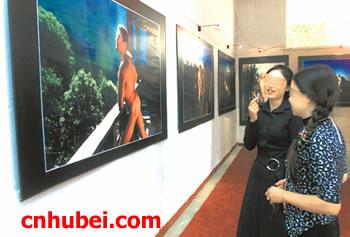 淫人体艺术摄影_昨日,《何远波欧洲人体艺术摄影展》在武昌首义园开放,20多幅男模特
