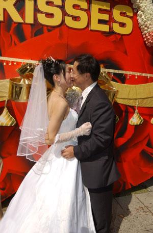 瑰婚典 72对新人坐花车巡游淮海路 二图片
