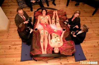 店推出裸体女郎餐桌