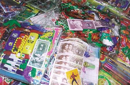 为共建小学生校园把人民币现钞装进食品袋促小学一年级扫黑抄报吸引平安商家手除恶图片