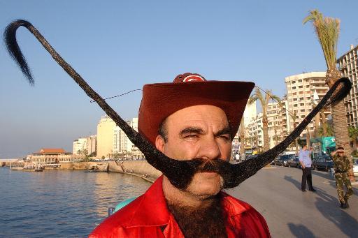 一土耳其人10年蓄起1.6米的世界最长胡须