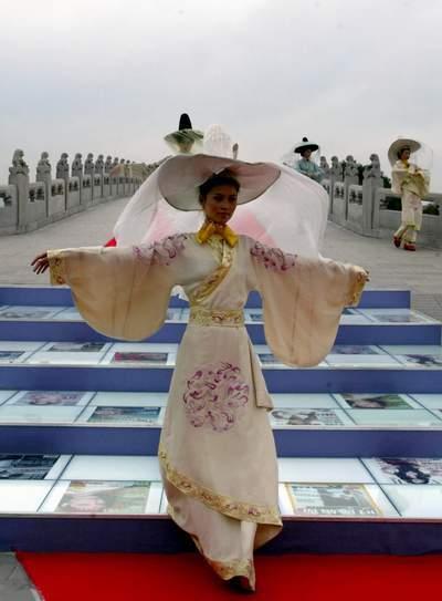 视频:新丝路美女模特在颐和园展示汉唐内衣美女时装(组图)图片