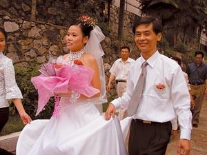 新郎名叫邢国祥,今年34岁,在湘钢福利加工厂工作,也是一位聋哑人.
