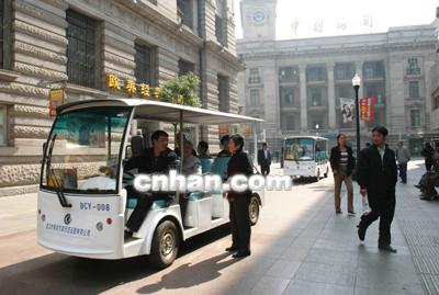 电动小公汽驶上江汉路步行街