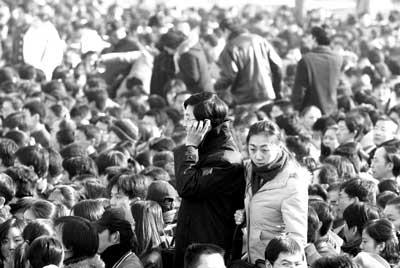北京5万人挤满国展 招聘会严密安防疏导人流
