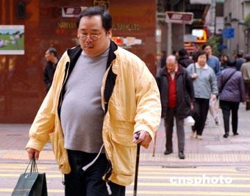 在人们的一贯印象中,南方人较为瘦小精干,但是,新近此间一项调查显示,超过六成以上的香港中年男士过于肥胖,这着实让喜欢美食的香港人吃惊不少。图为香港街头肥胖男士比比皆是。作者: 潘索菲