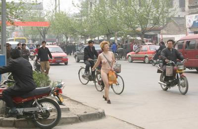 组图:山西运城街头一女子裸奔 后被民警带走
