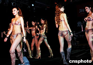 组图:模特身着内衣表演情景剧