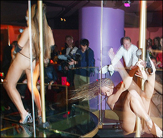 图文:美国夜总会里舞者狂舞