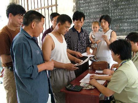 图文:河南农民踊跃缴纳农业税(3)