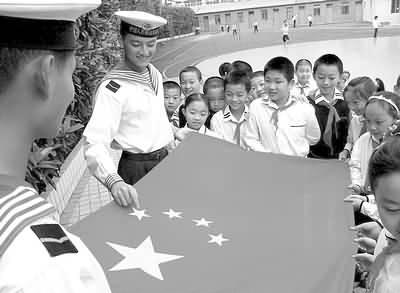 图文:国庆临近,猎猎国旗舞社区