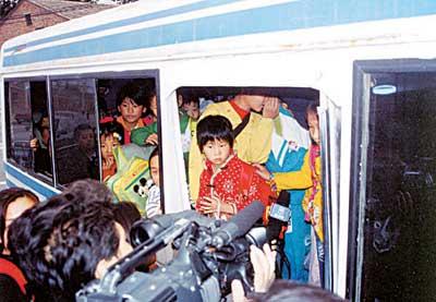 校长开黑车接送学生准乘19人车辆装入63个孩子