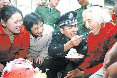 为百岁老人祝寿(图)
