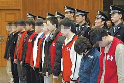 交换女友轮奸小故事_特大未成年人轮奸案宣判 10名被告被判刑(图)