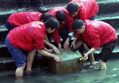 河渠开闸放水现出神秘铁盒内装4000子弹(图)