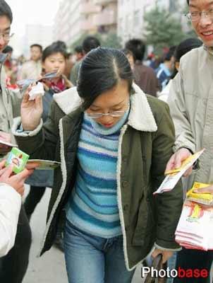 组图:济南大学校园里发放安全套女生羞答答适合吗v组图做女生图片