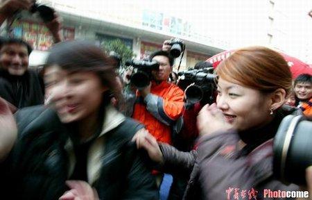 组图:南京一对妙龄女子参加街头接吻大赛