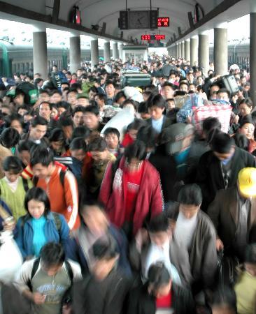 图文:2003年2月9日广州火车站第三站台人潮涌动