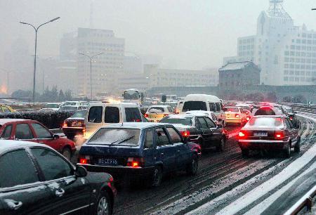 图文:[社会广角](3)京城新年头场雪使部分路段拥堵