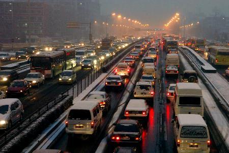 组图:京城新年头场雪使部分路段拥堵