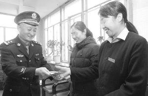 旅店服务员施美人计协助警方抓获两在逃犯(图)