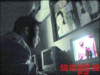 成人自拍偷拍影�_广州黑影吧黄碟吸引看客 有很多未成年人 (图)