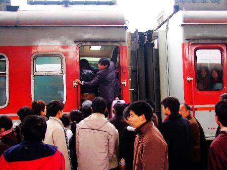 图文:洛阳火车站春运返程高峰提前到来(1)